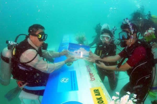 Trang Trauung Hochzeits-Urkunde unter Wasser