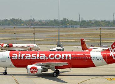 Air Asia – Stewardess kniet vor Passagierin nieder