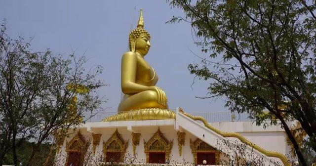 Sakon Nakhon Thailand ein Waldtempel und der größte Süßwassersee des Isaan